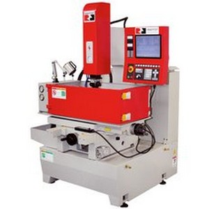 Manutenção e conserto de máquina de usinagem